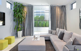 Серые шторы в интерьере гостиной сочетание