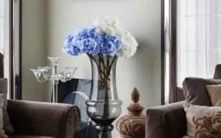 Напольные вазы в интерьере гостиной