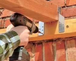 Как крепить брус к кирпичной стене