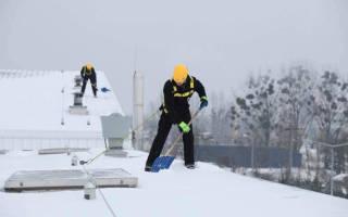 Уборка кровли зимой: особенности очистки крыши от снега