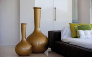 Напольные вазы в интерьере гостиной фото