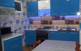Синяя кухня в интерьере гостиной
