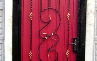 Ворота из металлопрофиля с элементами ковки: калитка кованная с профнастилом фото