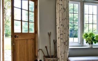 Дизайн прихожей в доме с окном