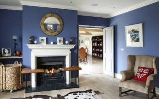 Синяя стена в интерьере гостиной