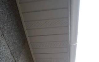 Нижний свисающий край крыши деревянного дома, кровля из бревен
